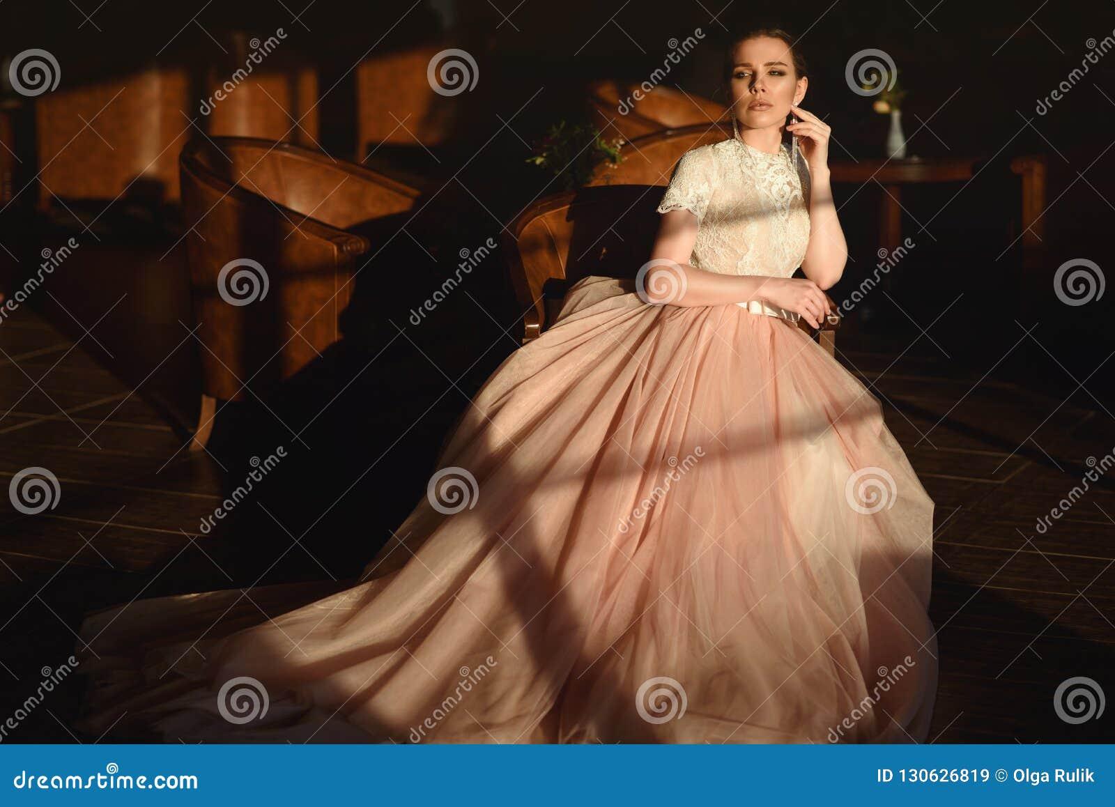 348c3d4f63e3d2 Jeune Mariée Magnifique Dans La Robe L'épousant Gonflée Luxueuse ...