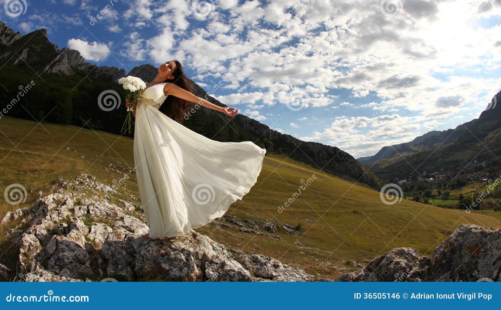Jeune mariée tenant le bouquet blanc en nature