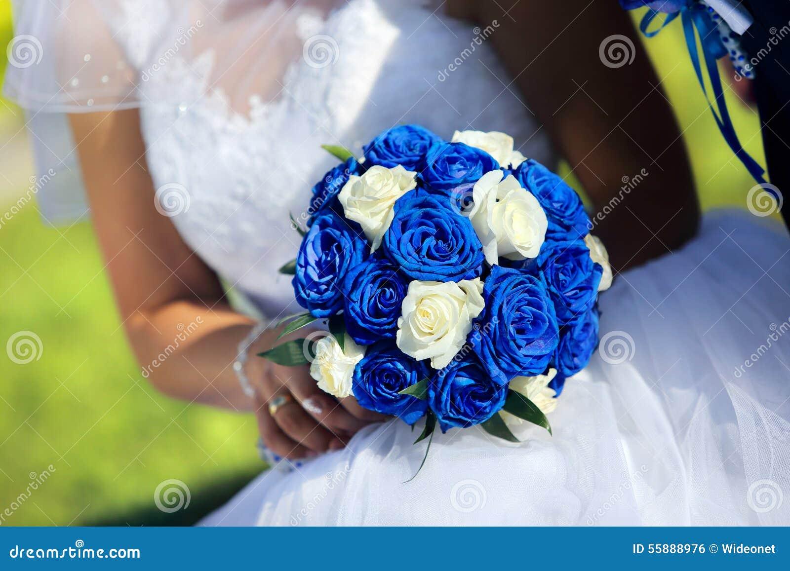 Jeune mari e avec pouser le bouquet de rose de bleu dehors photo stock image 55888976 - Bouquet mariee bleu ...