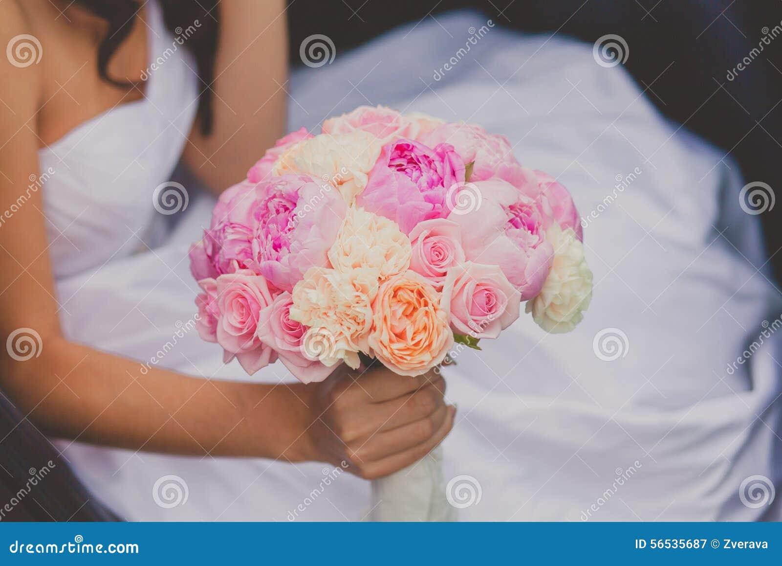 Jeune mari e tenant le bouquet lumineux de pivoine de mariage photo stock image 56535687 - Bouquet pivoine mariage ...