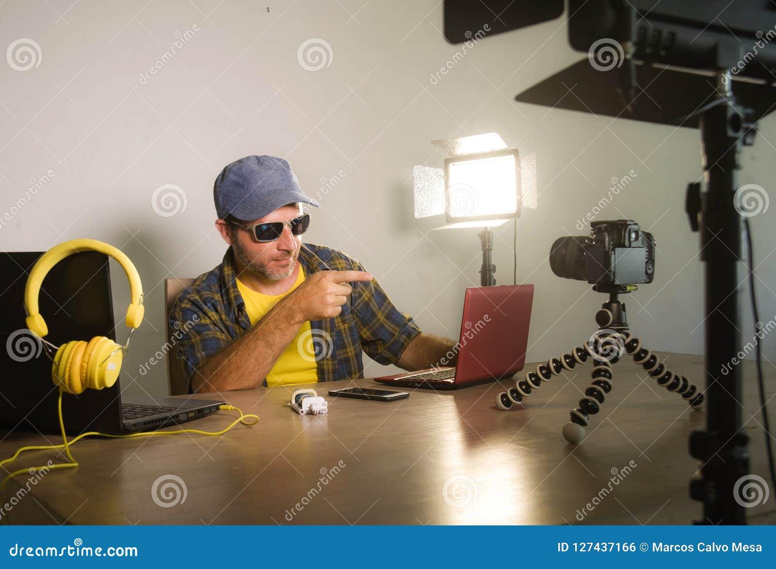 Jeune mise en réseau attrayante d homme de connaisseur de technologie avec le blog visuel d enregistrement d ordinateur portable