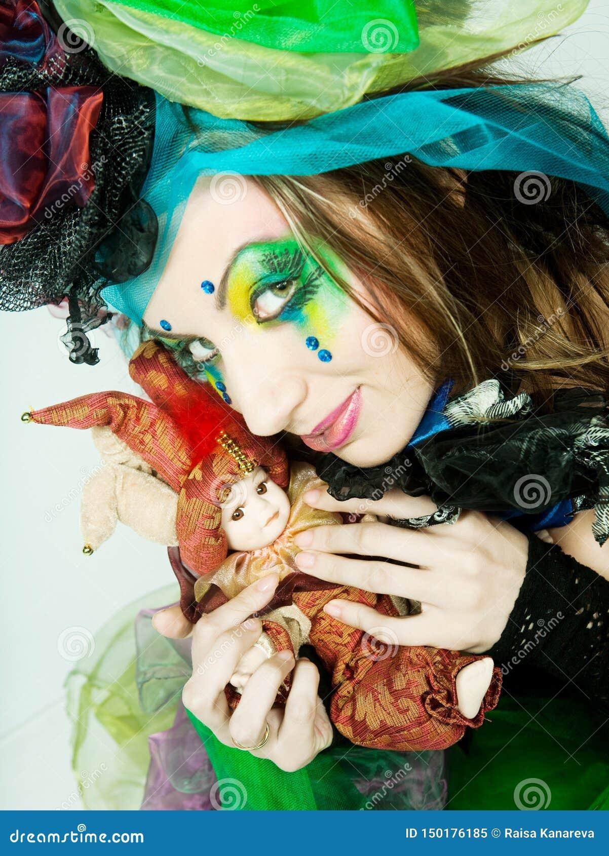 Jeune mod?le dans la robe carnaval avec le renivellement cr?ateur