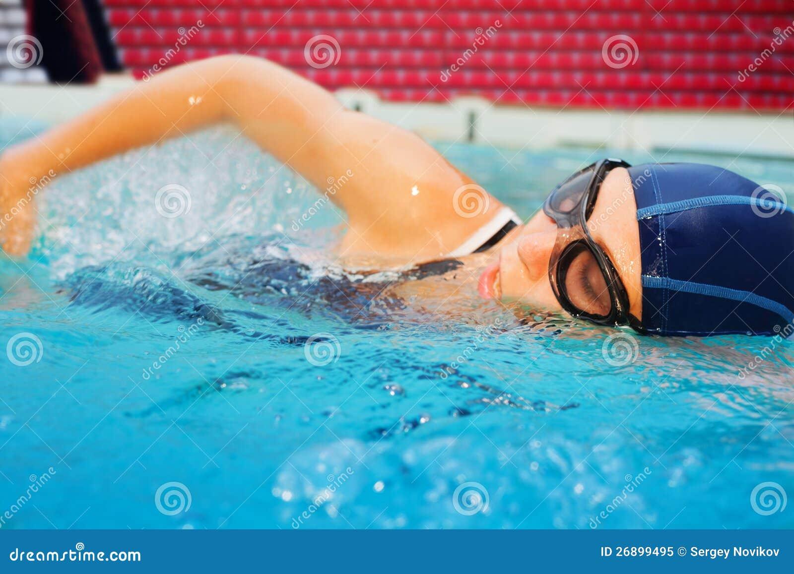 Jeune nageur dans l action