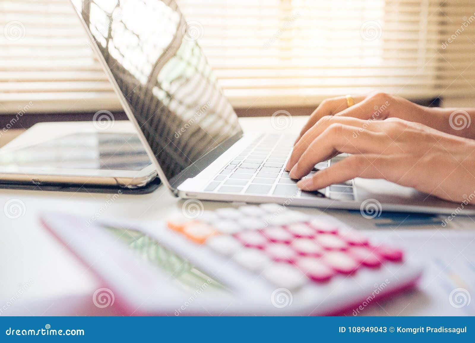 Jeune ordinateur portable d utilisation d affaires causant avec la famille aux réseaux sociaux ou se trempant en ligne