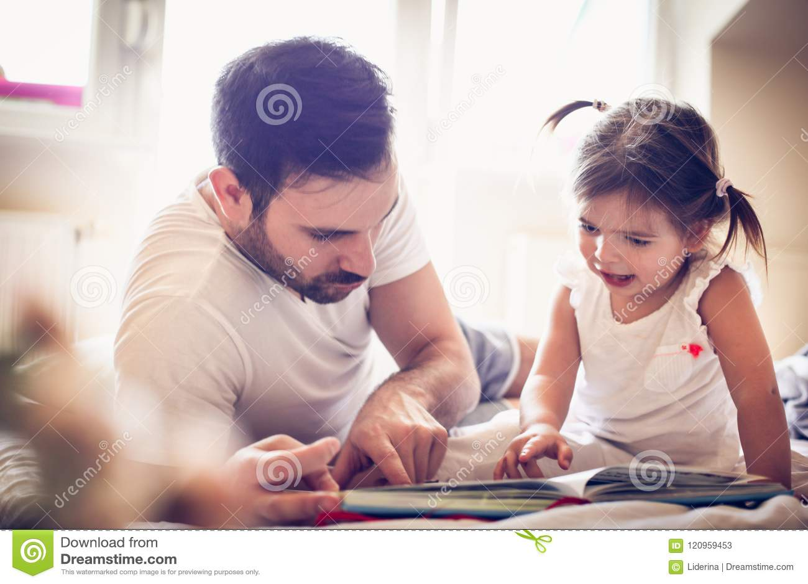 Jeune père simple montant son conte de fées de petite fille