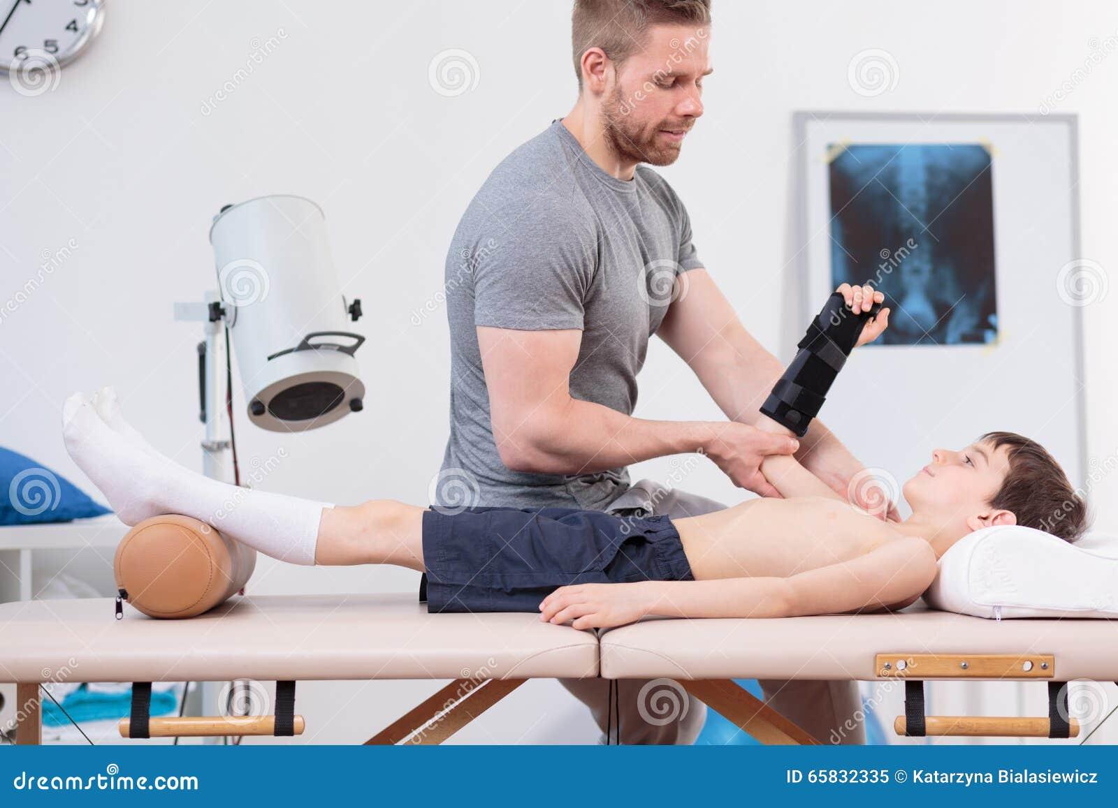 Jeune patient rendant visite à un physiothérapeute