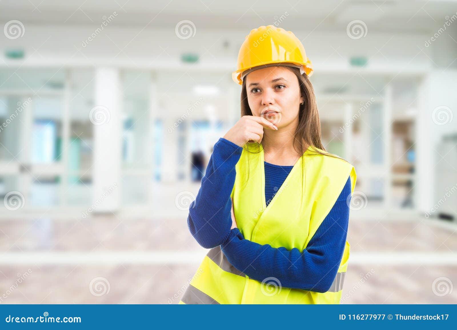 Jeune pensée femelle attrayante d ingénieur