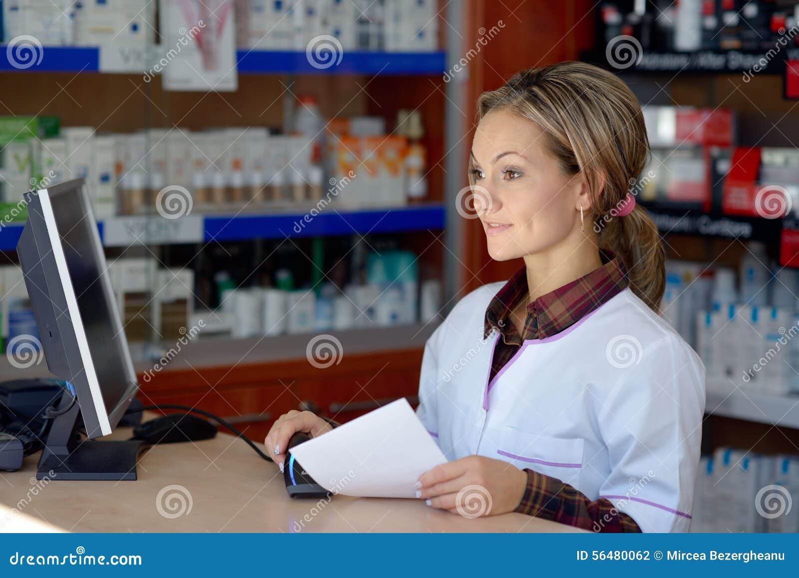 Jeune pharmacien féminin tenant la prescription
