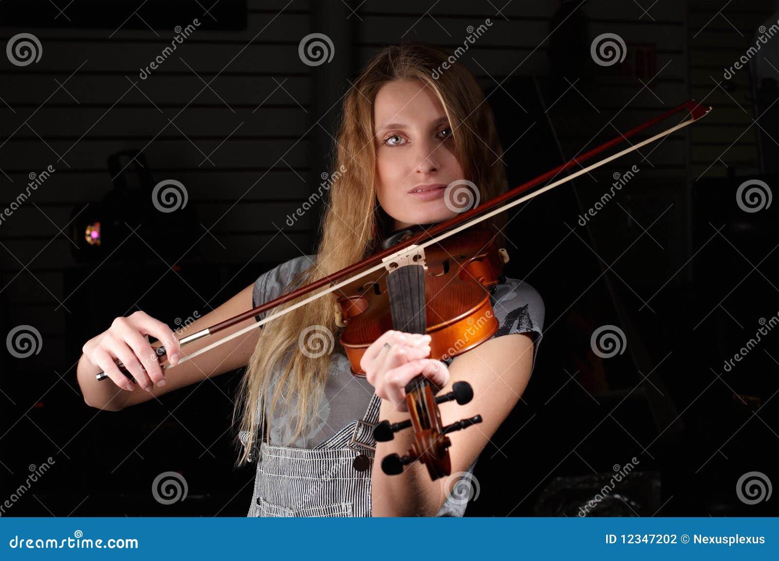 Jeune pièce femelle sur le violon