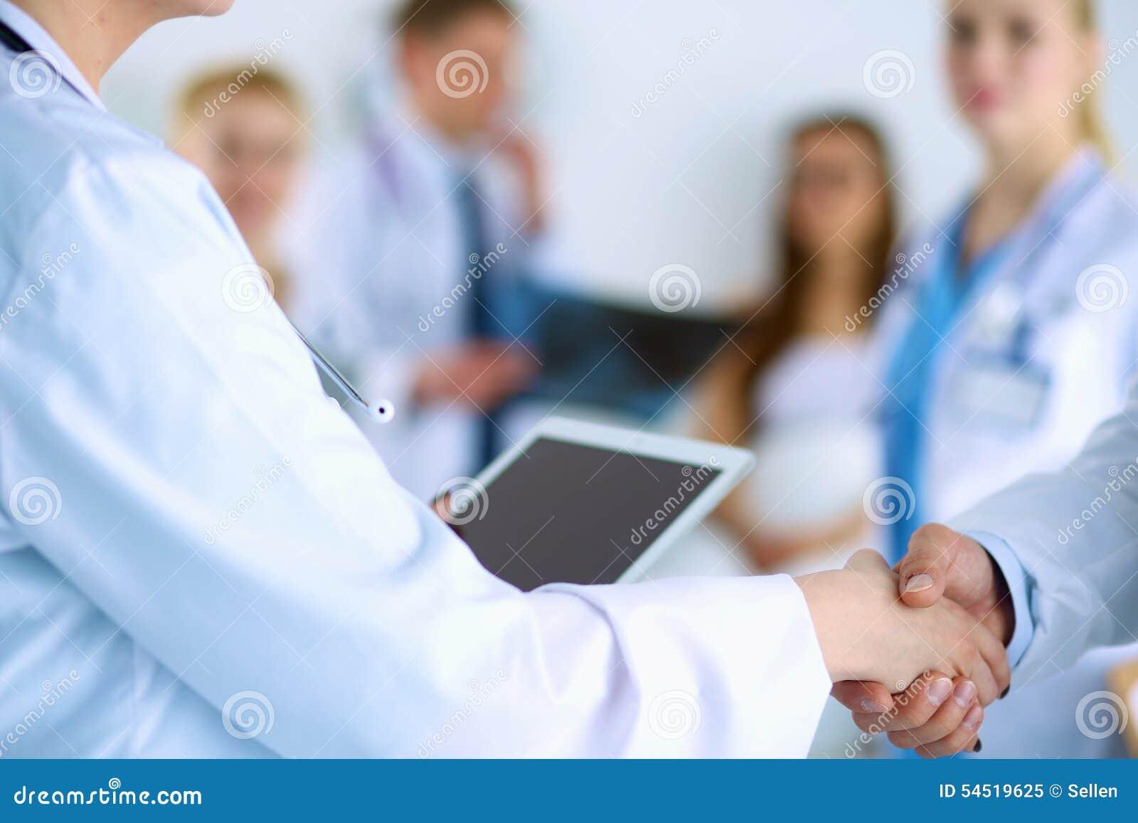 Jeune poignée de main médicale de personnes au bureau