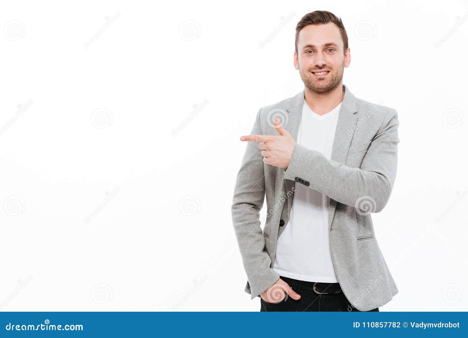 Jeune pointage gai d homme d affaires