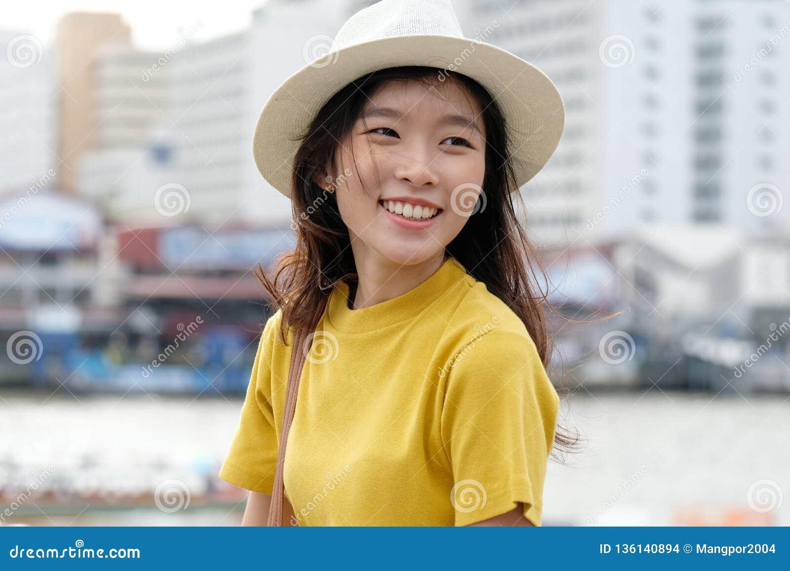 Jeune portrait asiatique de femme souriant avec bonheur au fond d extérieur de ville, moment heureux, lifesyle occasionnel, blogg