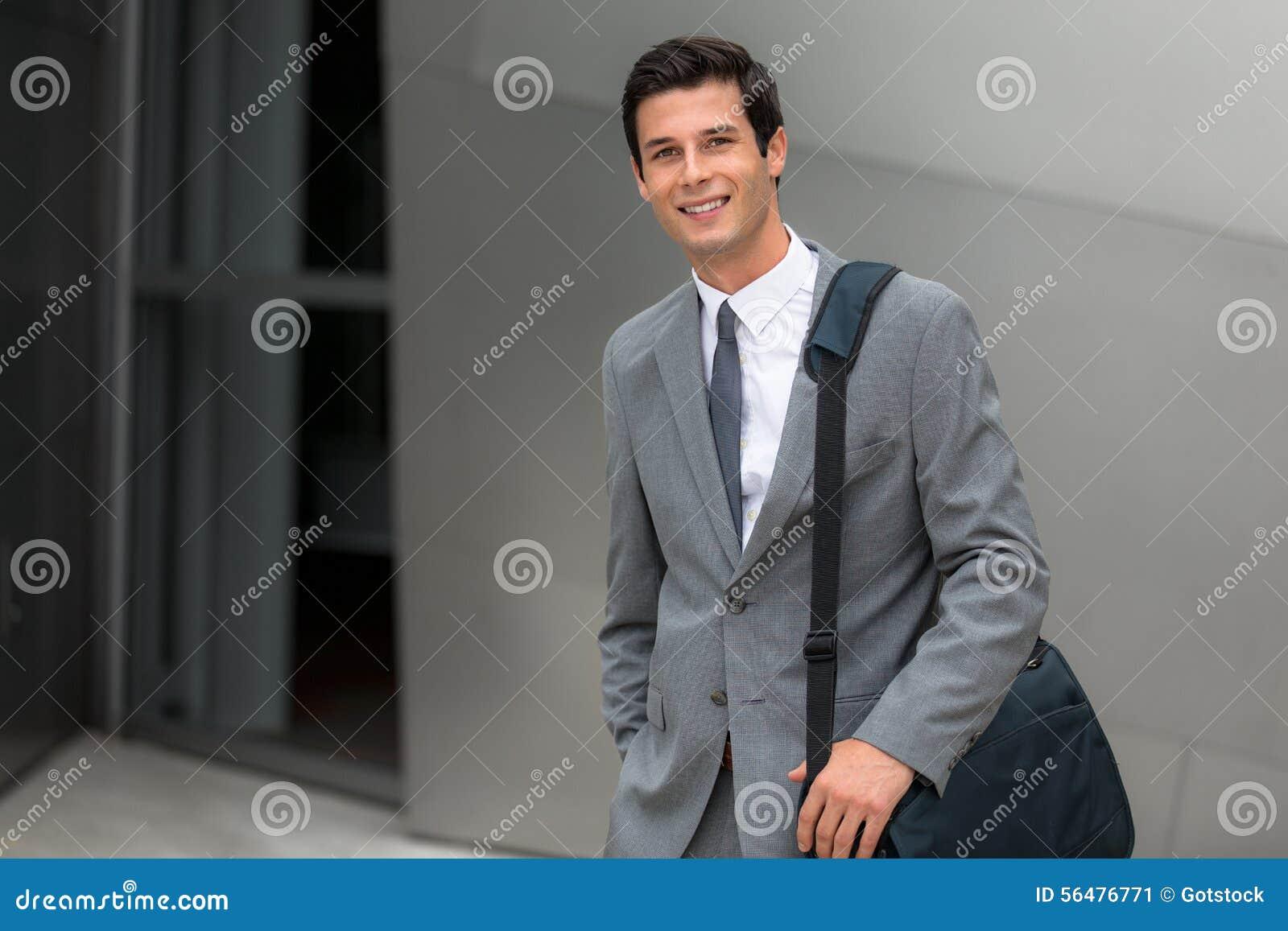 Jeune portrait beau d entreprise de sourire réussi adulte d ouvrier de cadre commercial