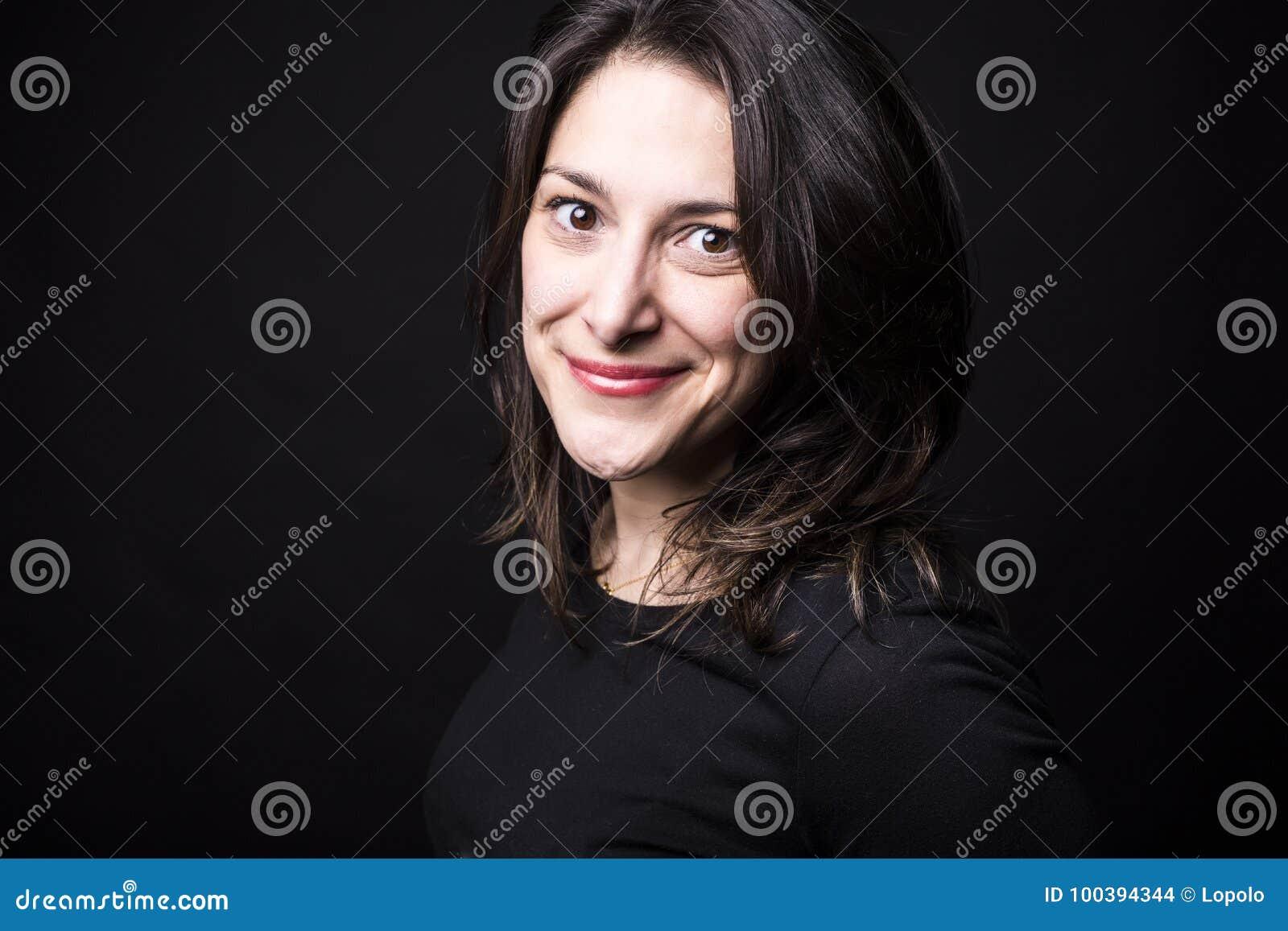 Jeune portrait caucasien de femme sur le fond noir