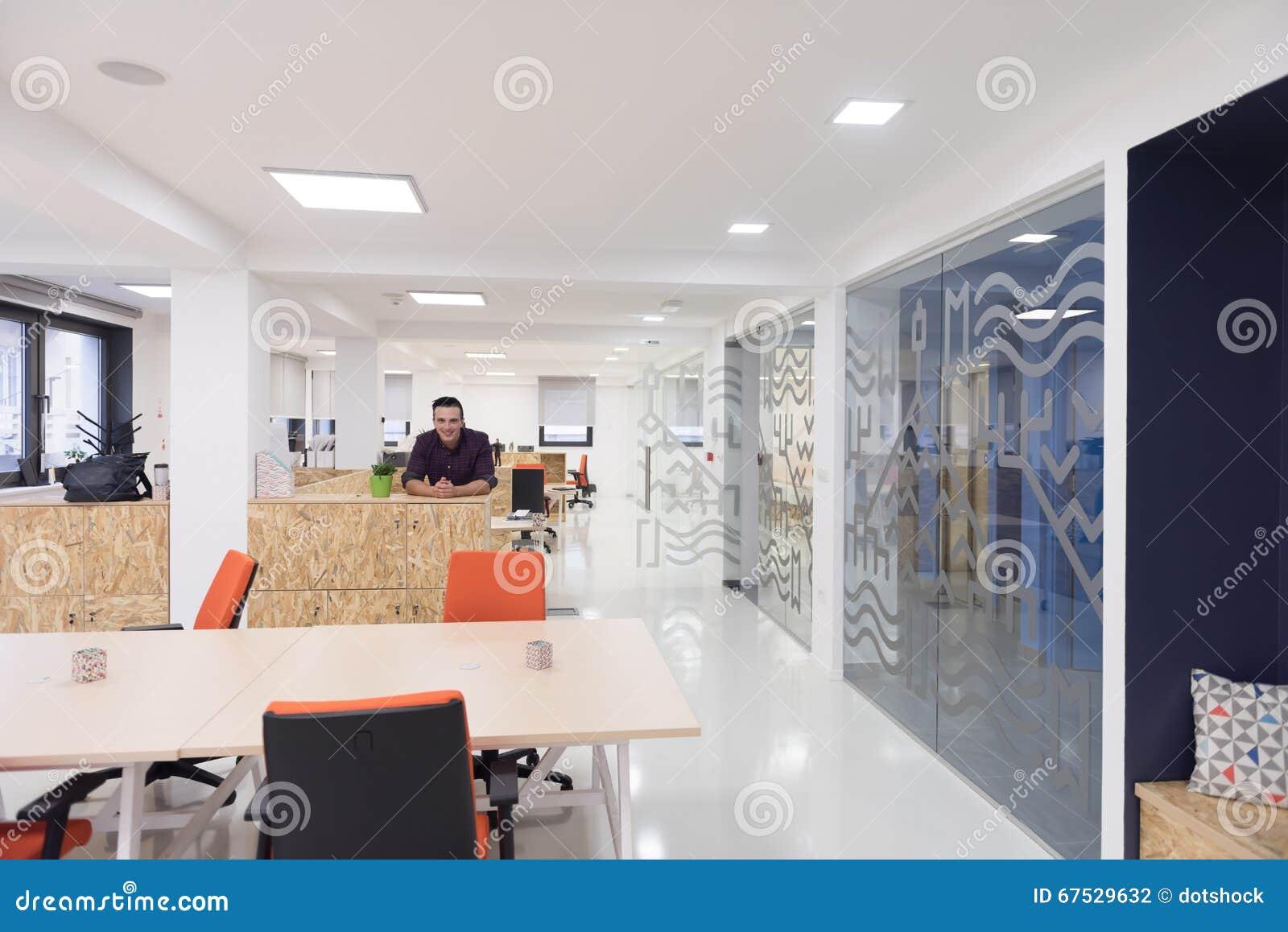 Jeune portrait d homme de jeune entreprise au bureau moderne photo