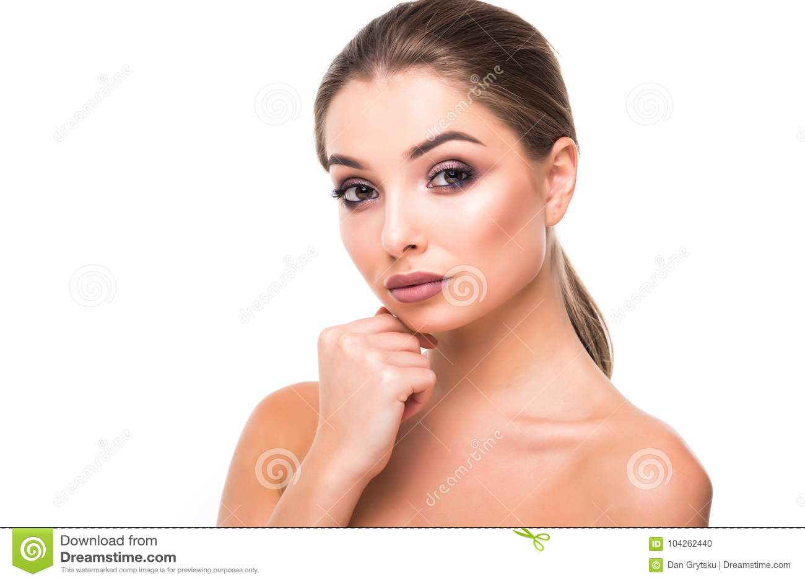 Jeune portrait magnifique de visage de femme de brune Beauté Girl modèle avec les sourcils lumineux, maquillage parfait, lèvres r