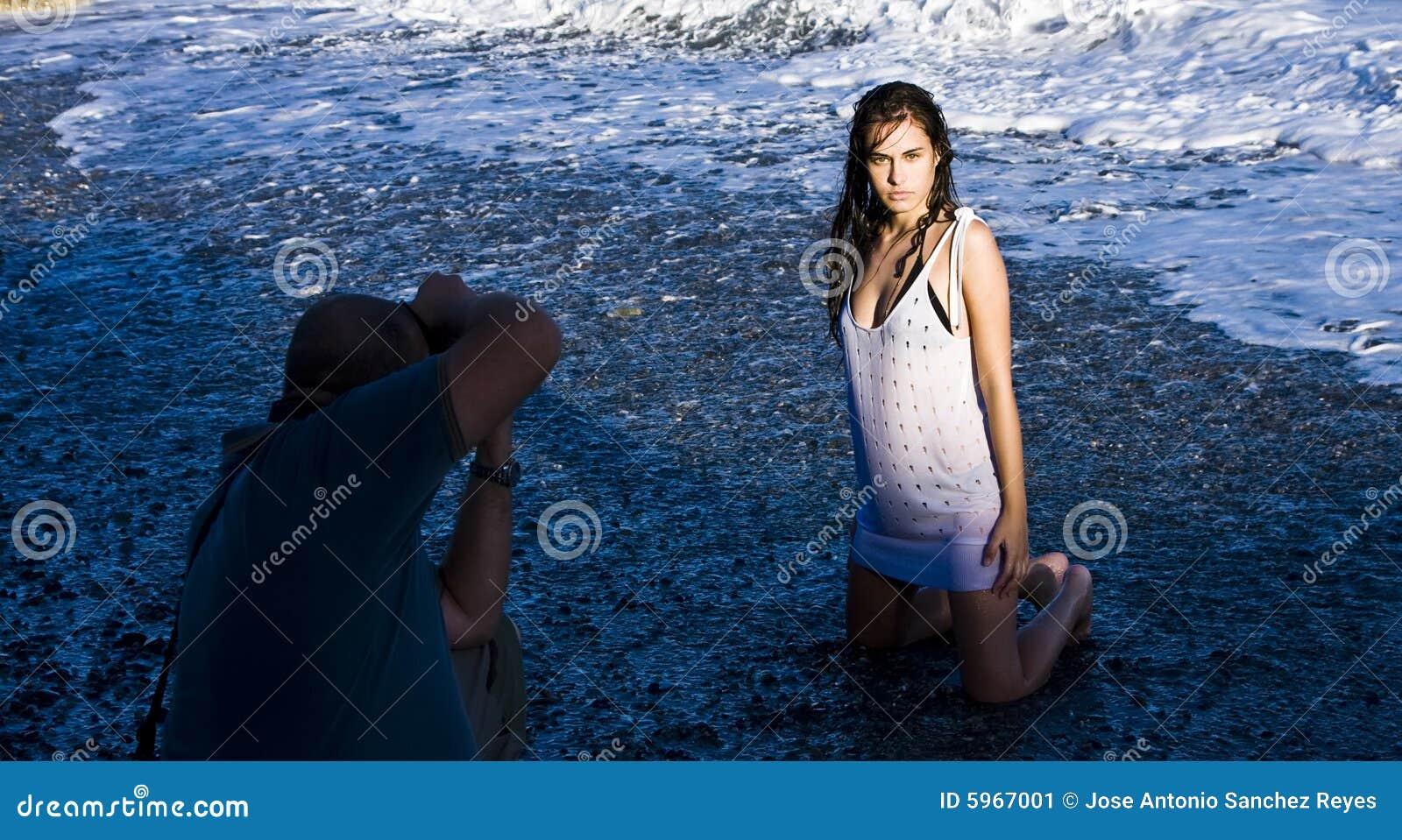 Jeune pose modèle sur la plage