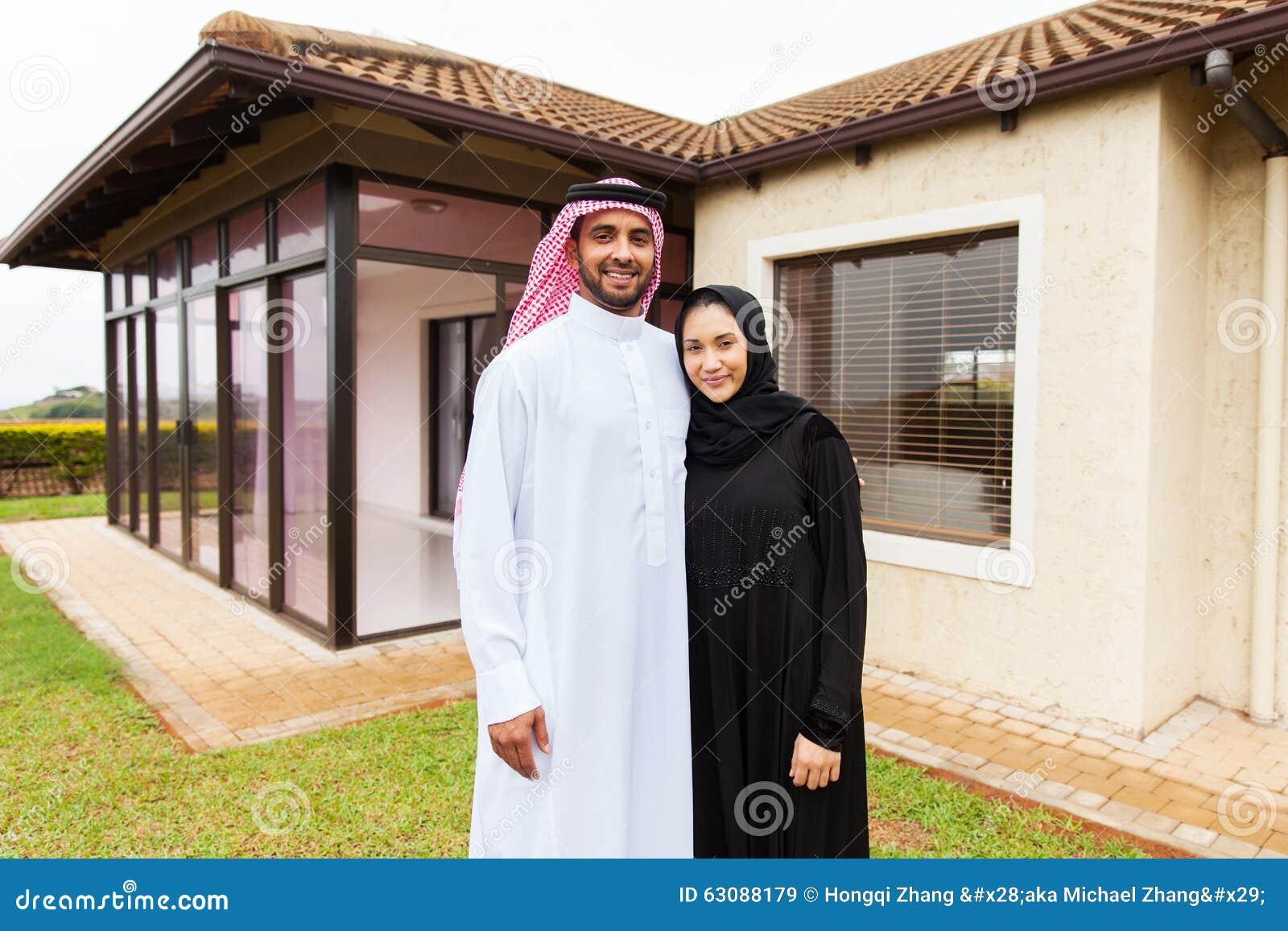 Download Jeune Position Musulmane De Couples Image stock - Image du propriété, couples: 63088179