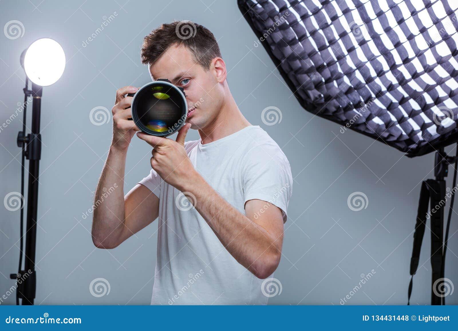 Jeune pro photographe avec l appareil photo numérique