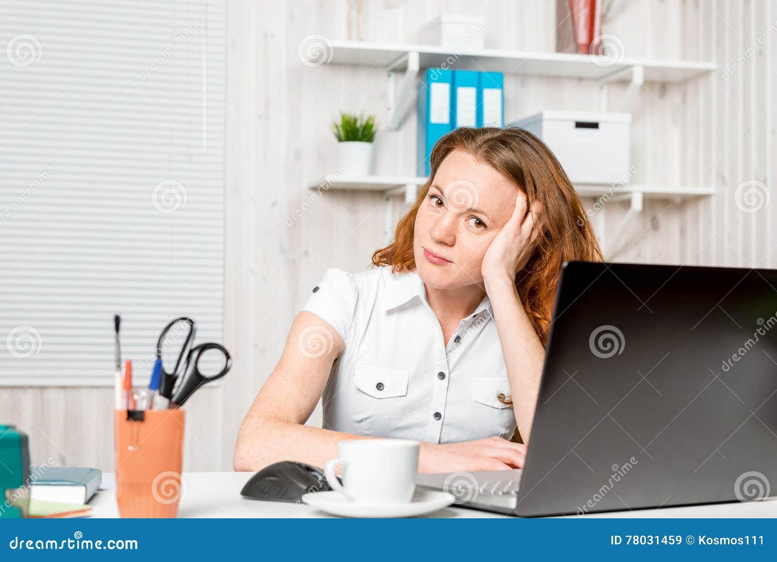 Jeune réceptionniste s asseyant derrière un bureau image