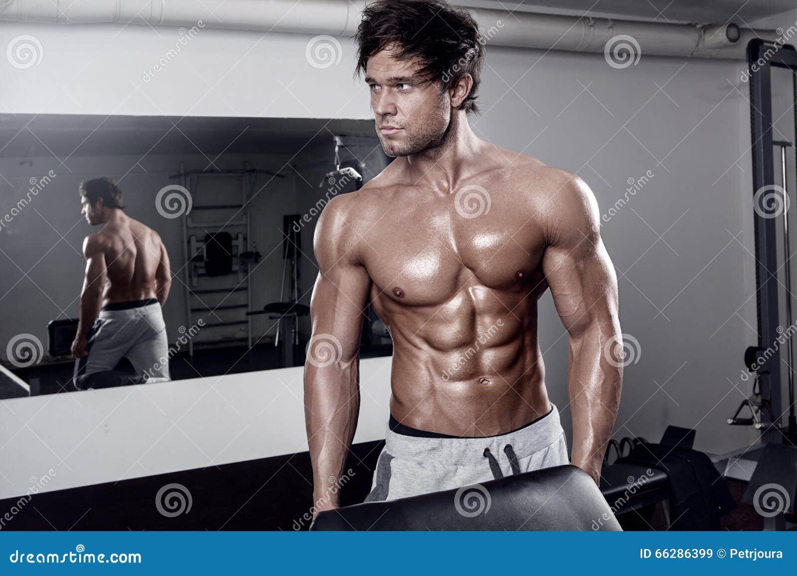 Jeune séance d entraînement sexy musculaire d homme dans le gymnase