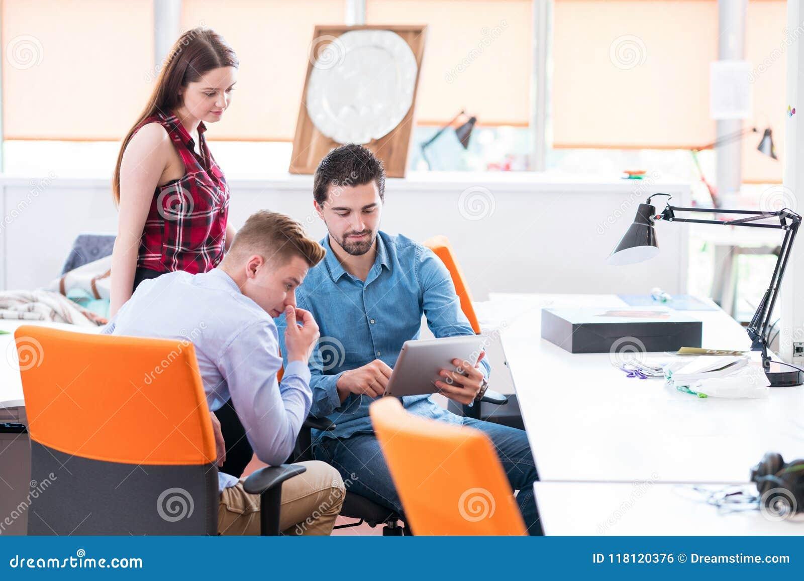 Jeune séance de réflexion créative de groupe de personnes sur la