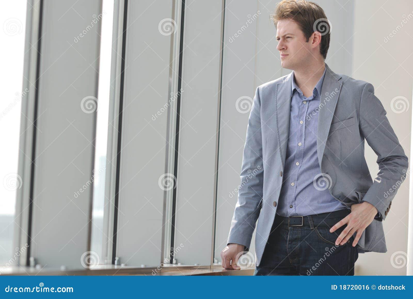 Jeune seul homme d affaires dans la salle de conférence