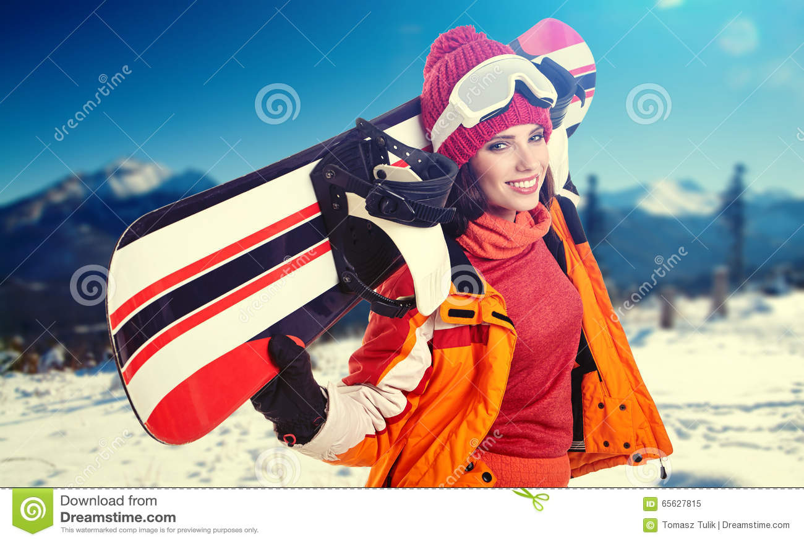 Jeune snowboarder de femelle adulte