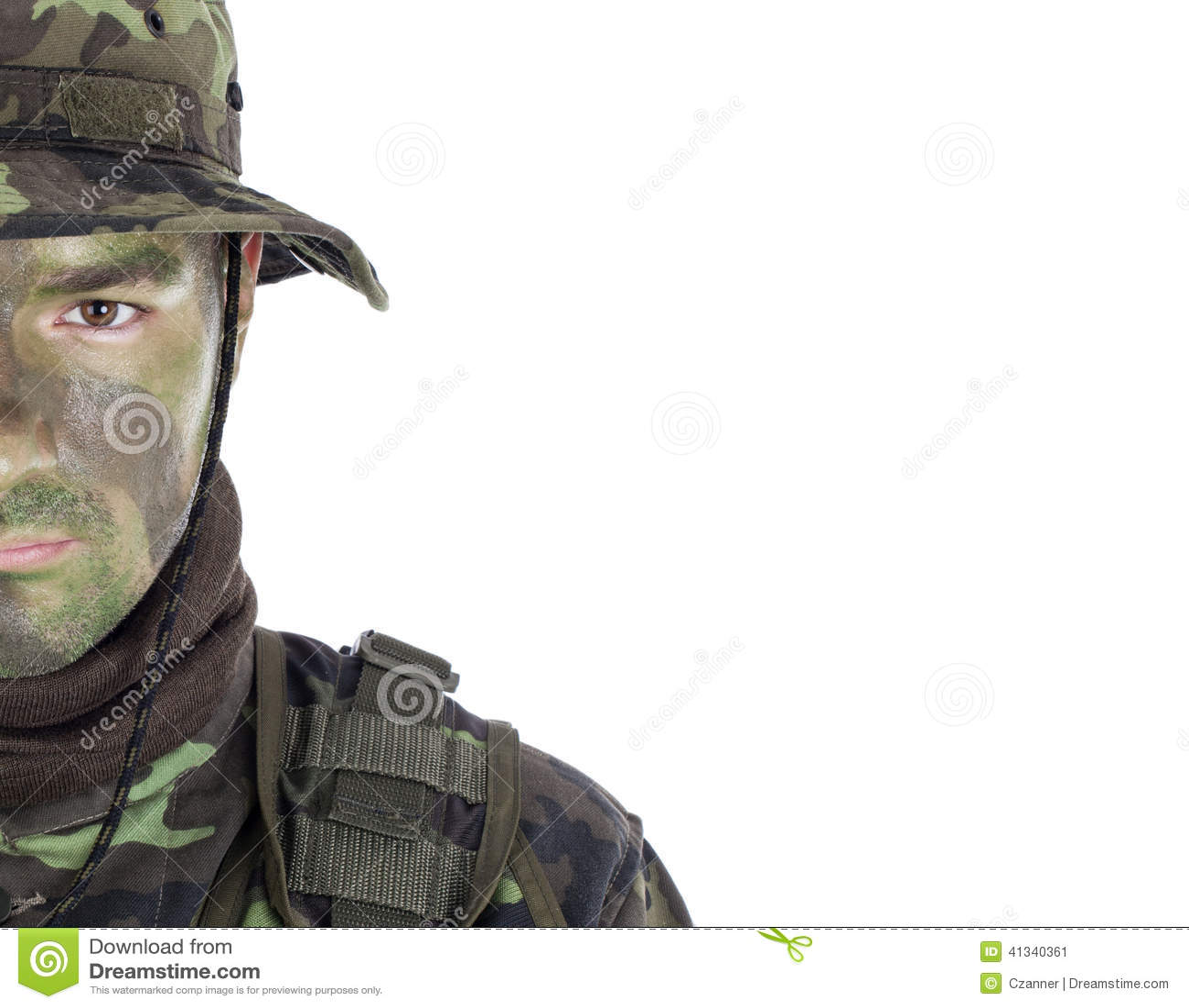 Jeune soldat avec la peinture de camouflage de jungle