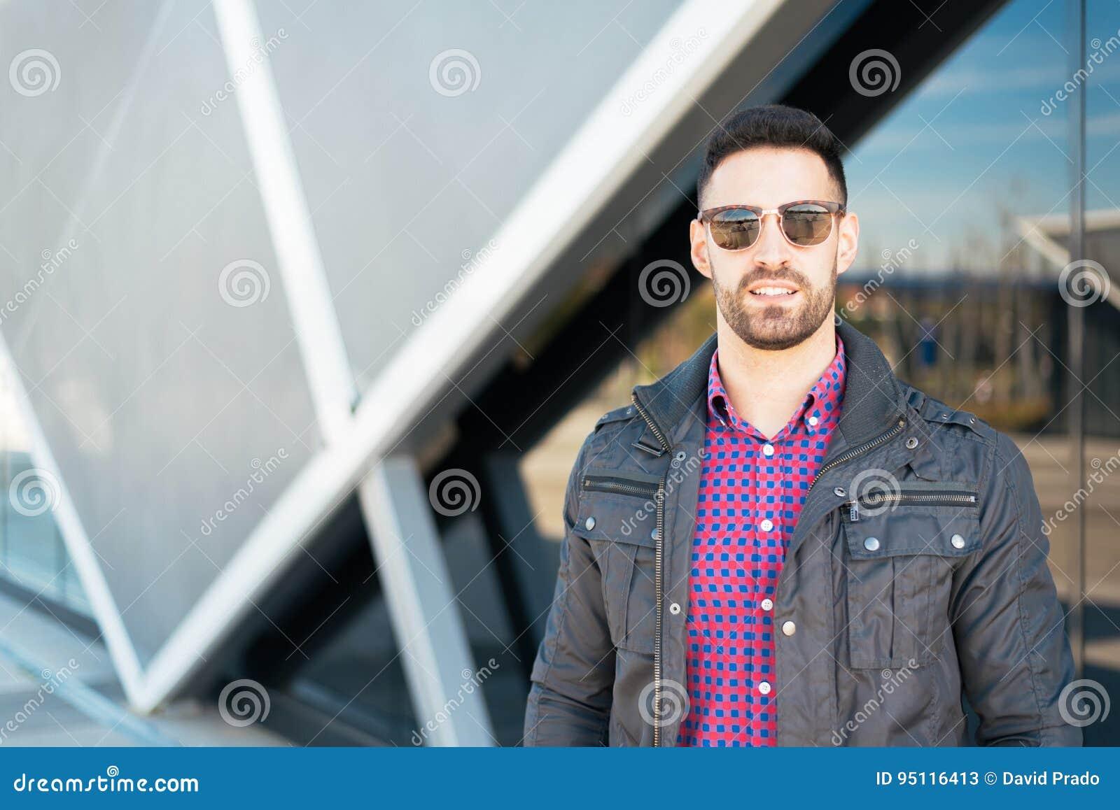Jeune Le Avec Portrait Heureux D'homme Sourire Américain De Lunettes 76gYbfy