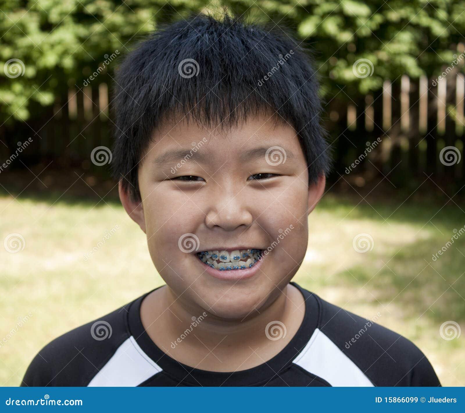 Jeune sourire de garçon