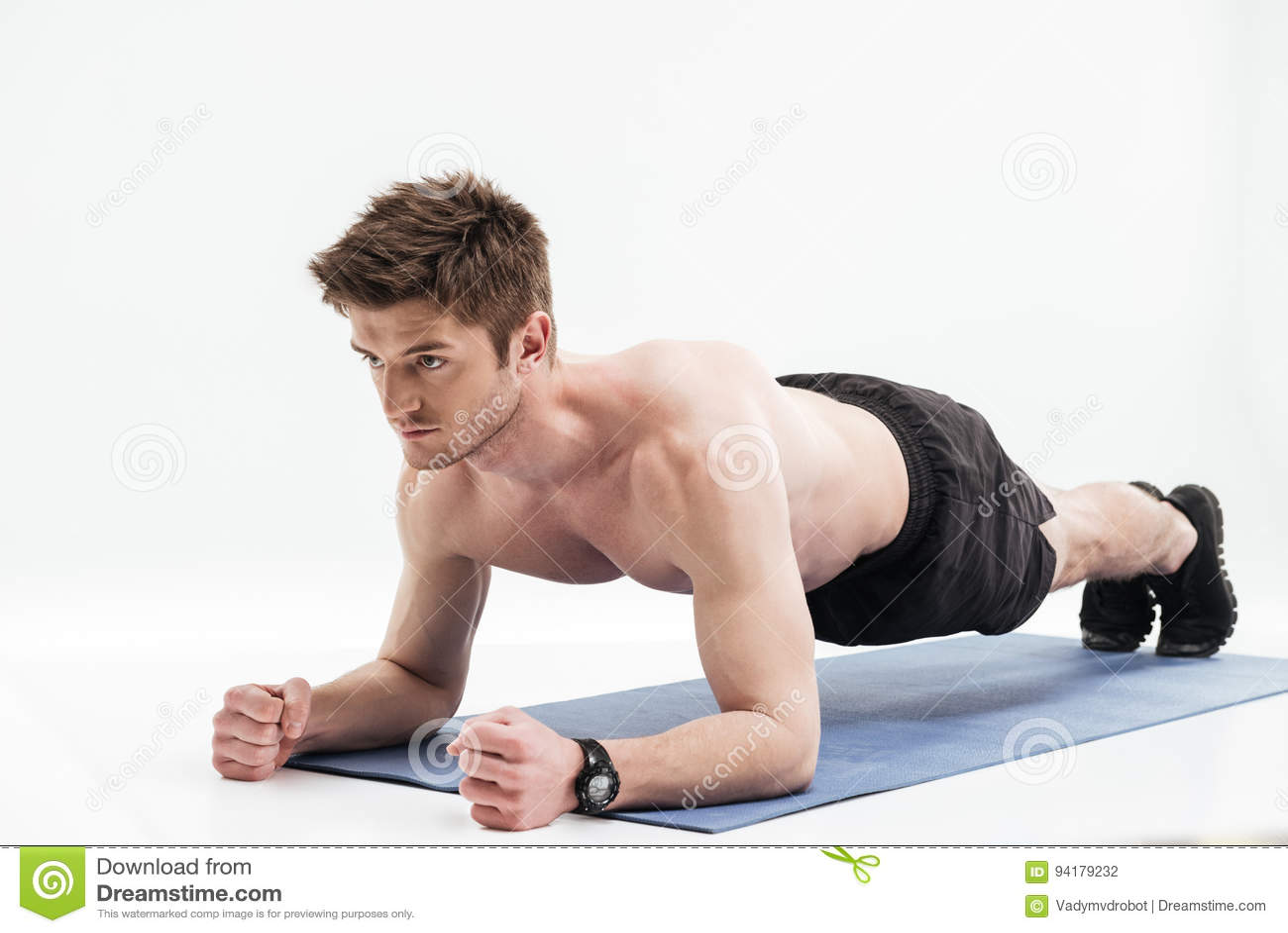 Jeune sportif faisant l exercice de planche sur un tapis de forme physique