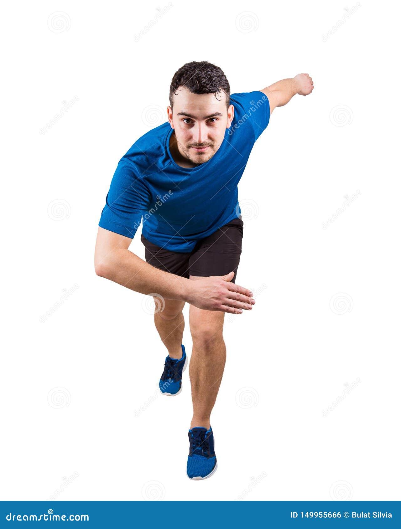 Jeune sprinter de type utilisant l équipement de sport noir et bleu attendant le début