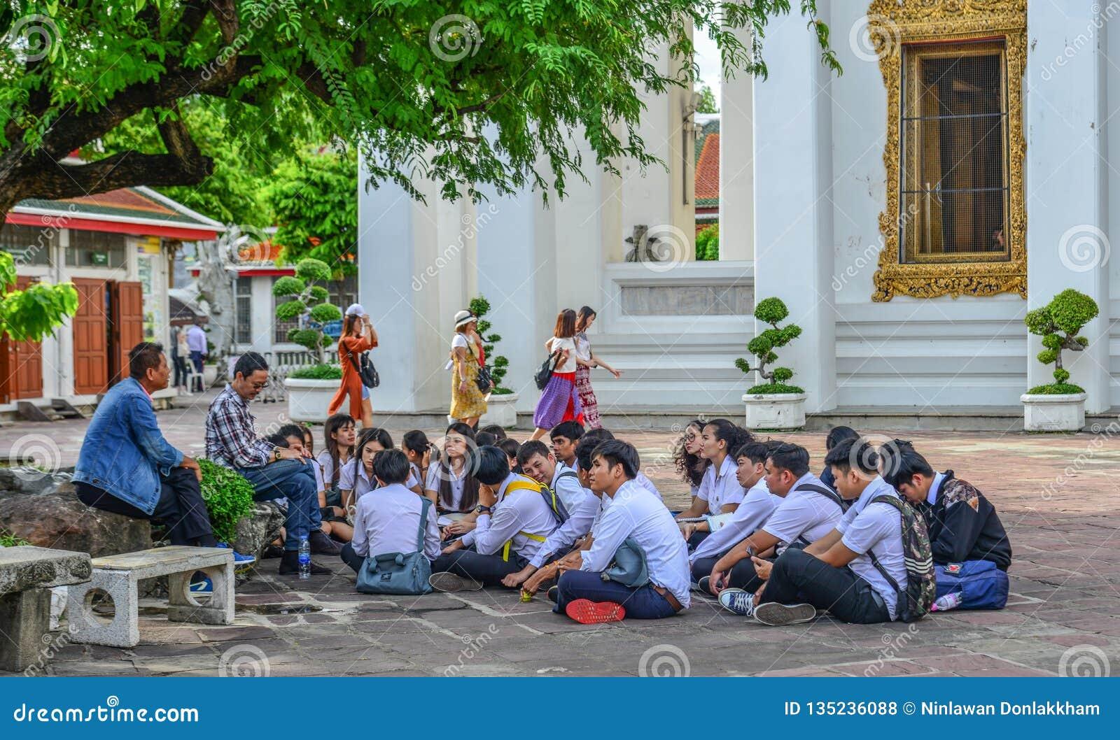 Jeune temple de Wat Pho de visite d étudiants