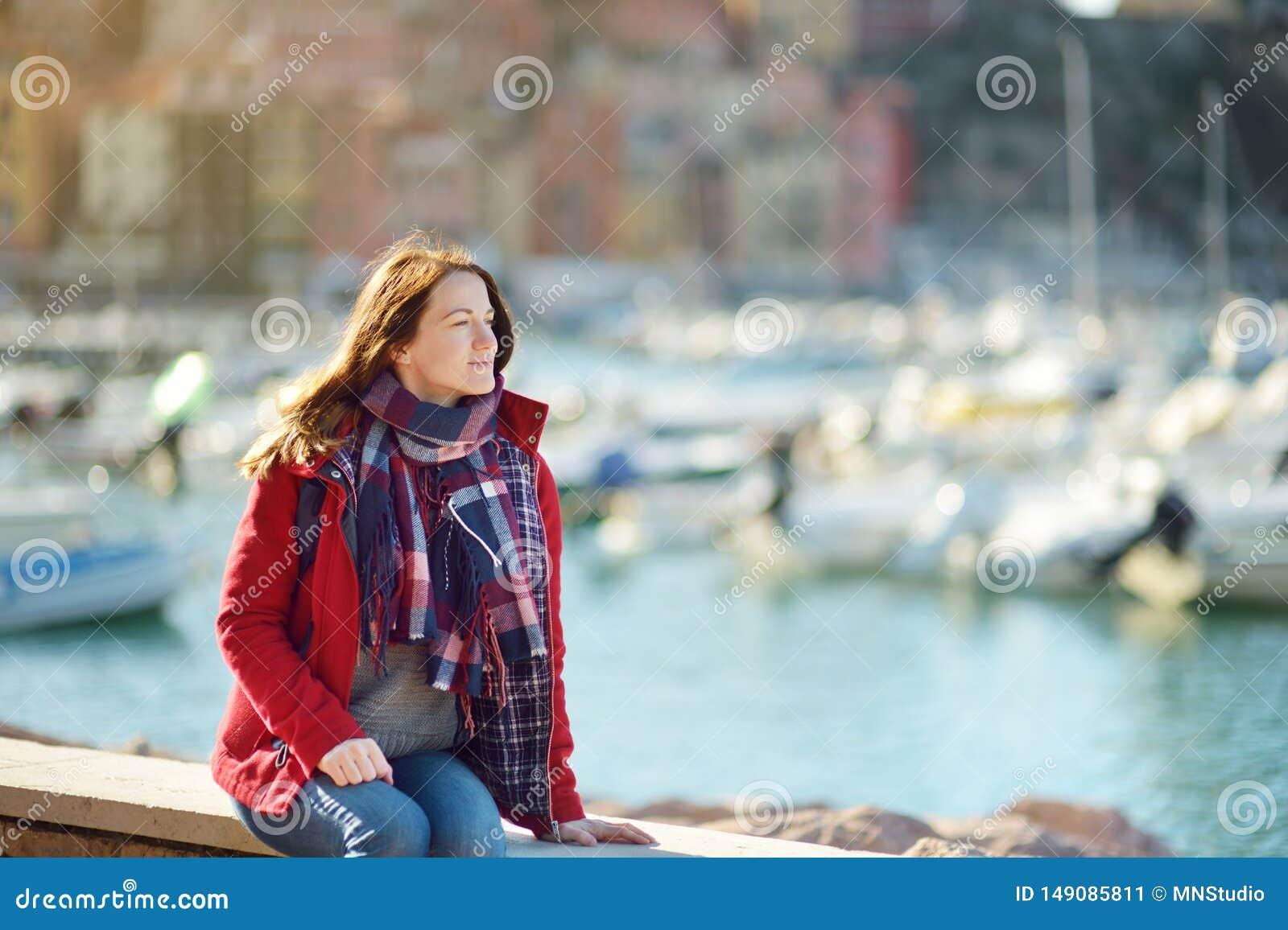 Jeune touriste f?minin appr?ciant la vue de petits yachts et bateaux de p?che dans la marina de la ville de Lerici, situ?e dans l