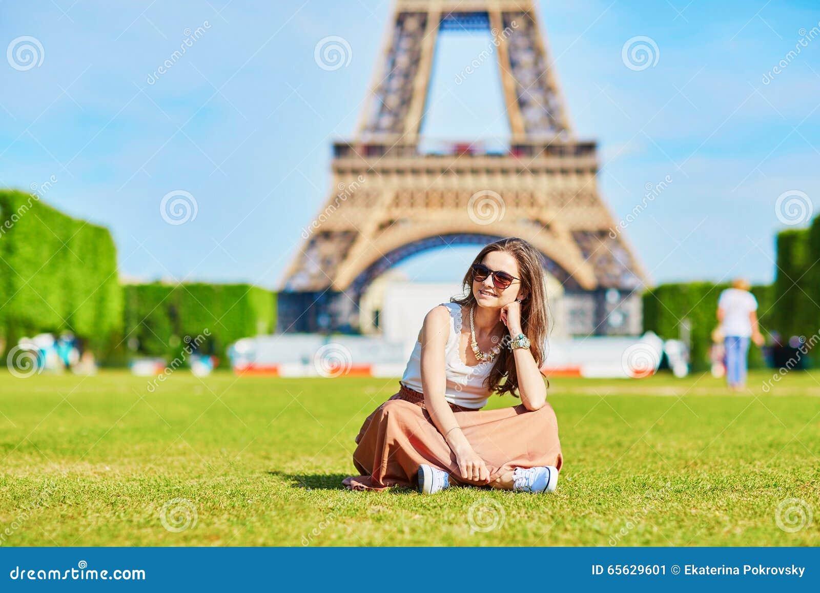 Jeune touriste près de Tour Eiffel