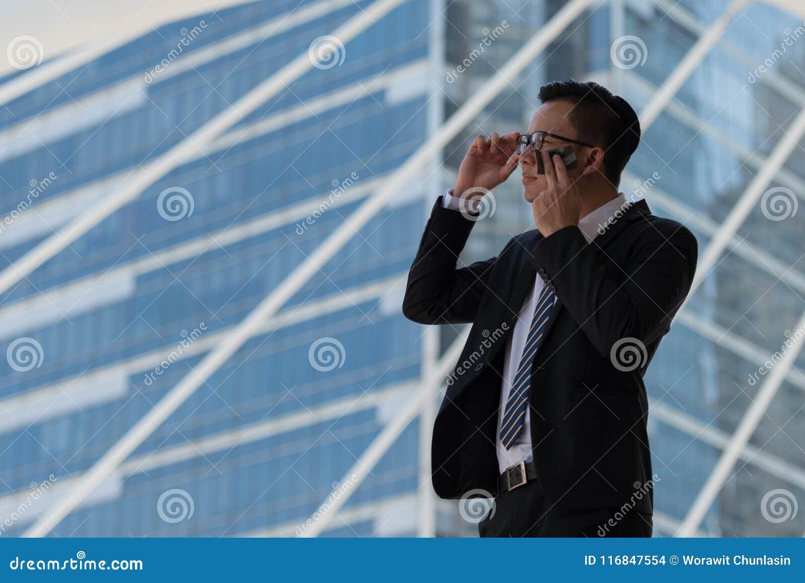 Jeune transpiration asiatique d homme d affaires due au climat chaud Il essuyant t