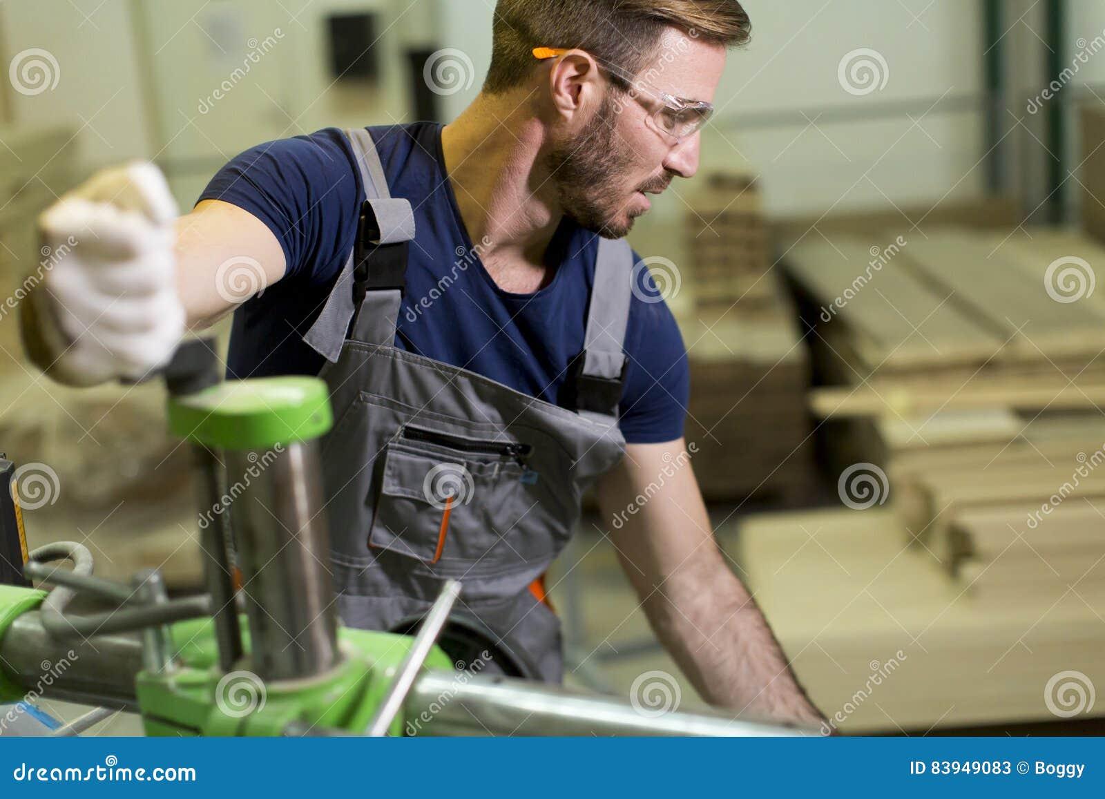 Jeune travailleur de sexe masculin à l industrie du meuble