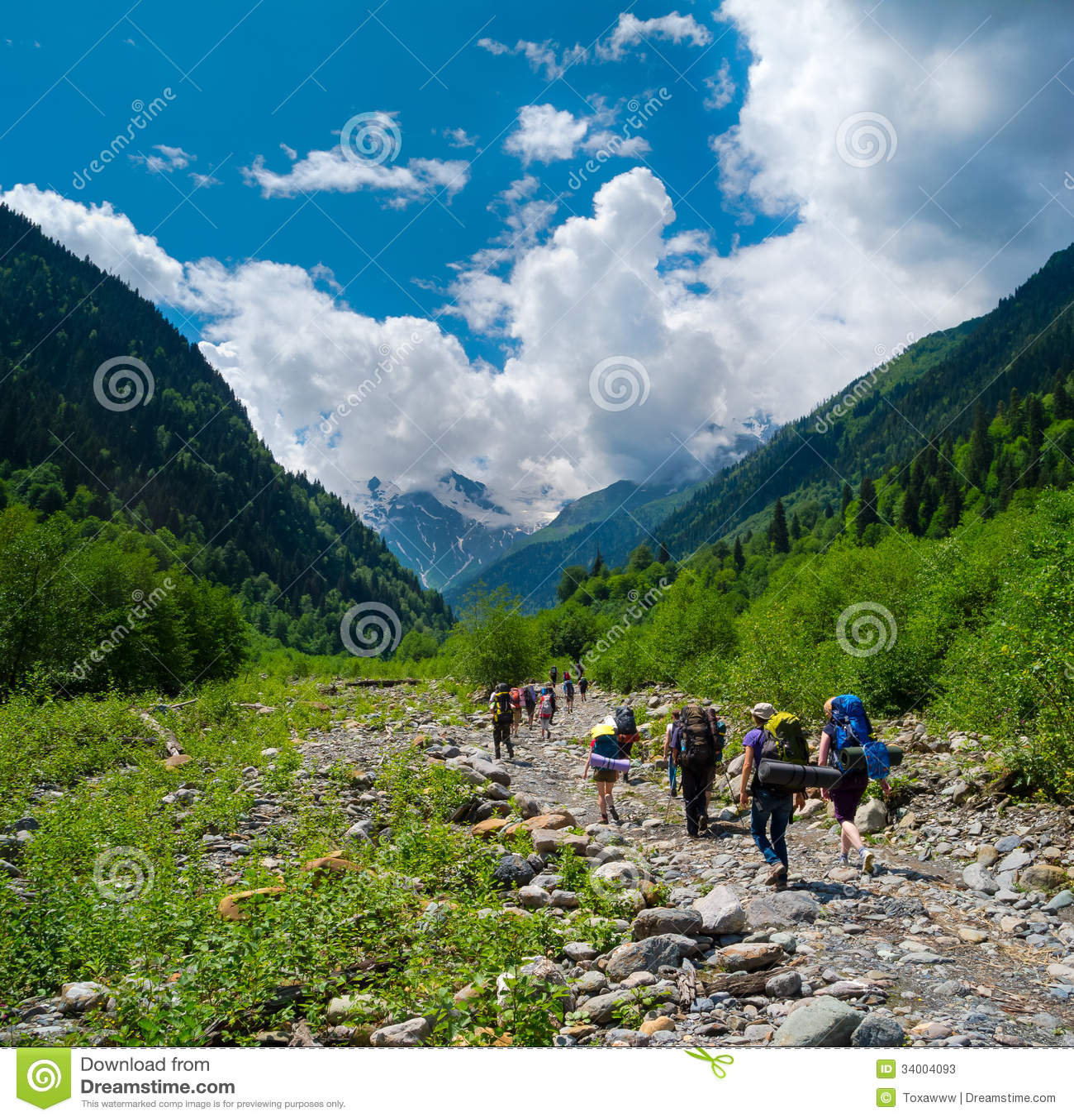 Jeune trekking de randonneurs dans Svaneti