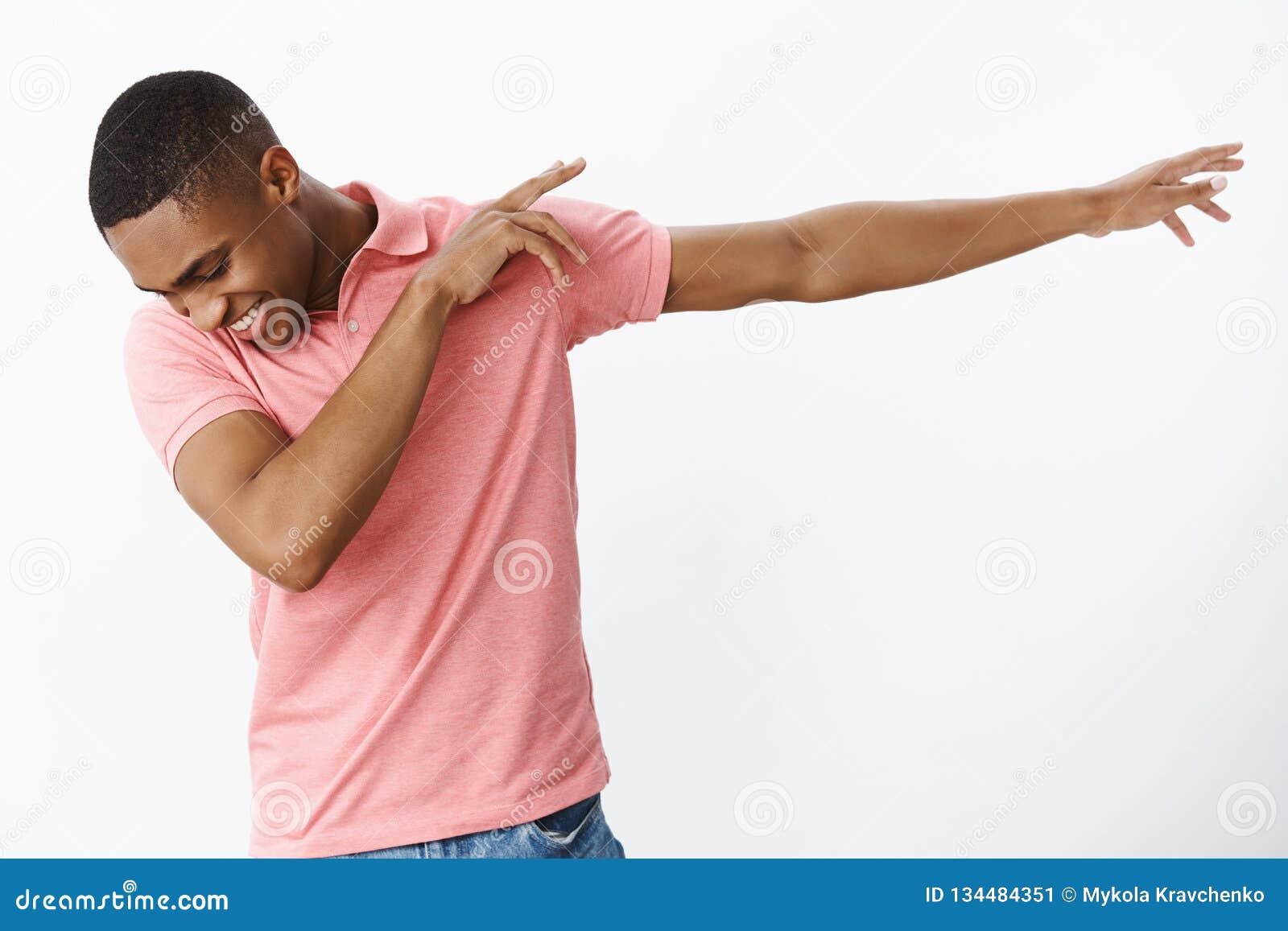 Jeune type satisfaisant d afro-américain joyeux heureux et charismatique faisant la limande tirant des mains juste inclinaison, r