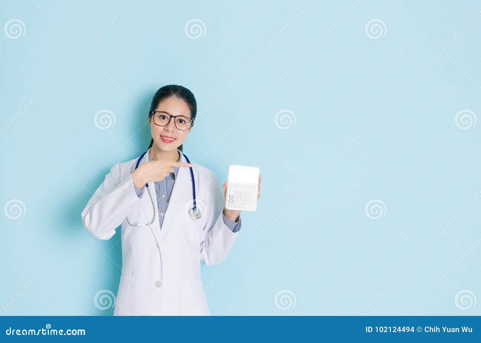 Jeune visage femelle professionnel de docteur à l appareil-photo