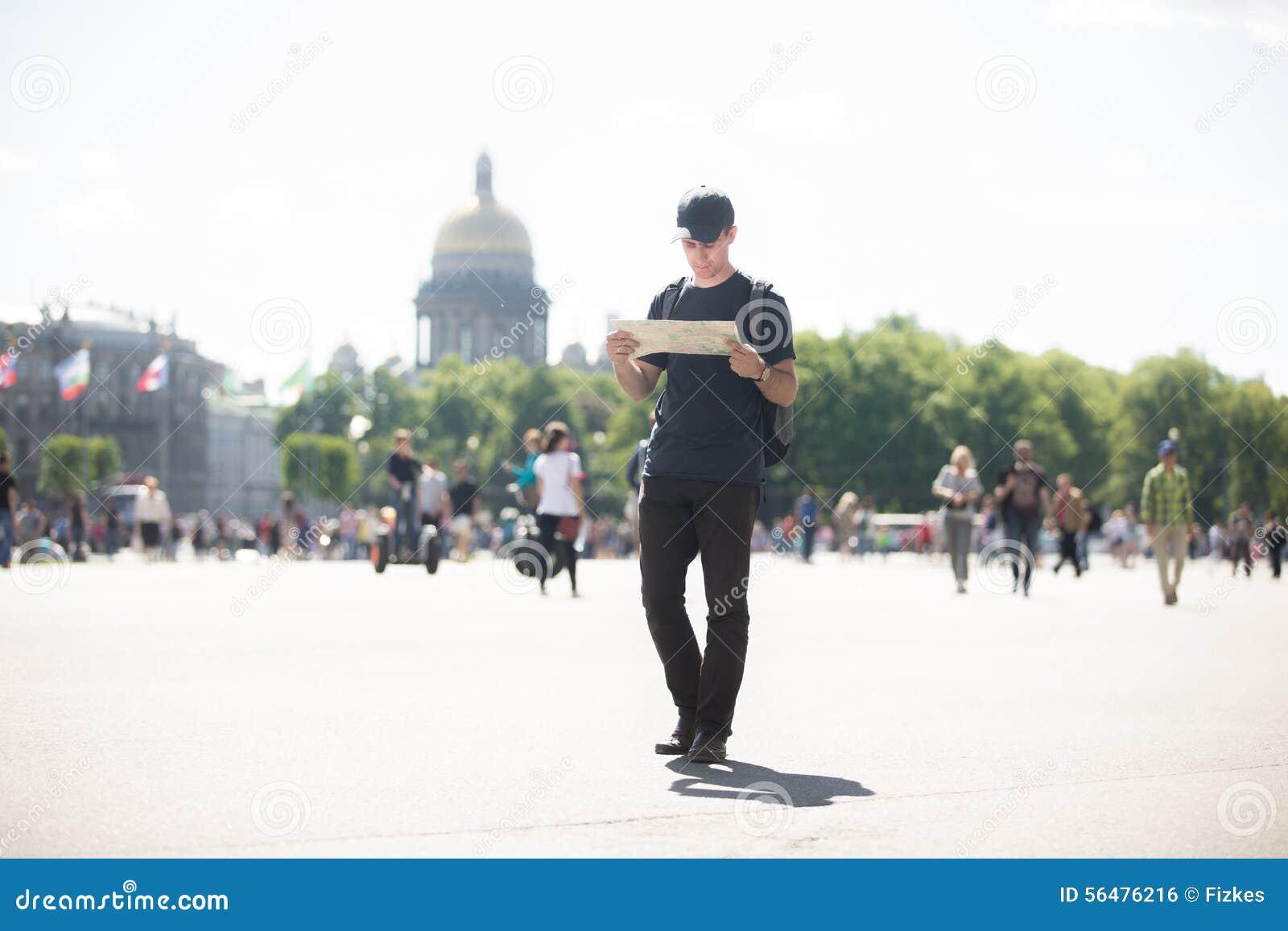 Jeune voyageur avec la carte dans la rue