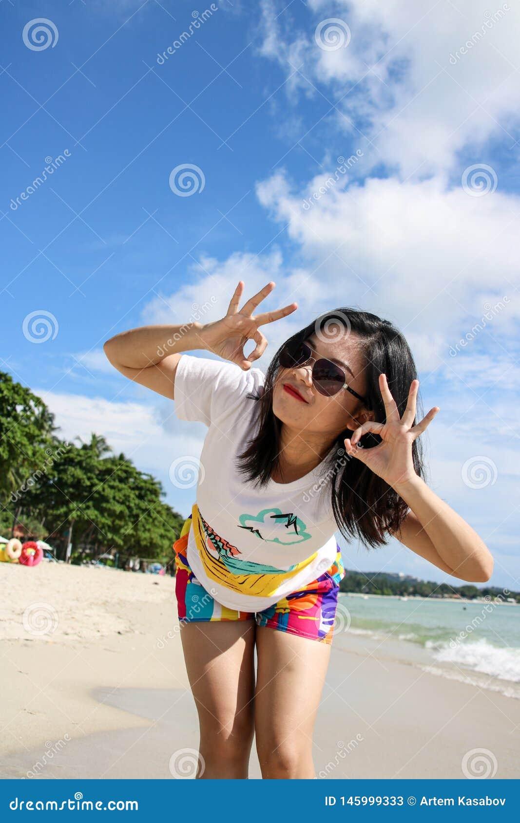 Jeune voyageur f?minin appr?ciant des vacances d ?t? sur la plage