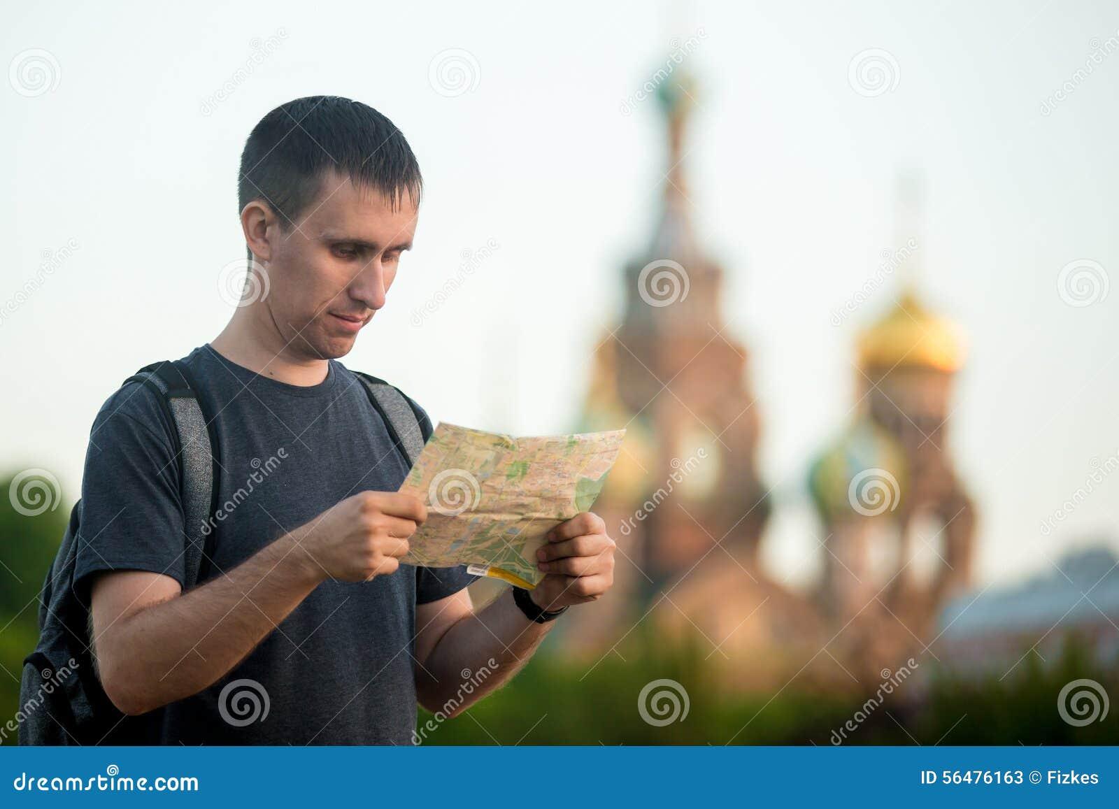 Jeune voyageur visitant le pays avec la carte