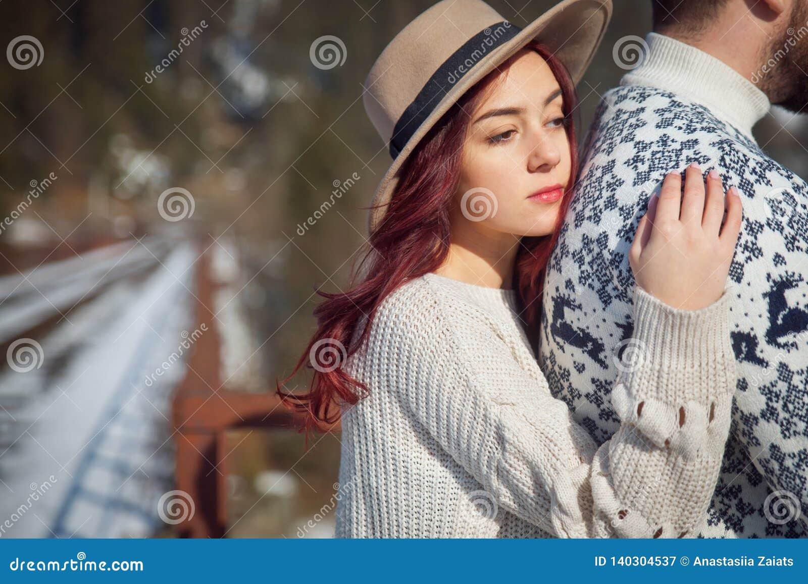 Jeune voyageuse attirante de fille avec son amant sur le pont