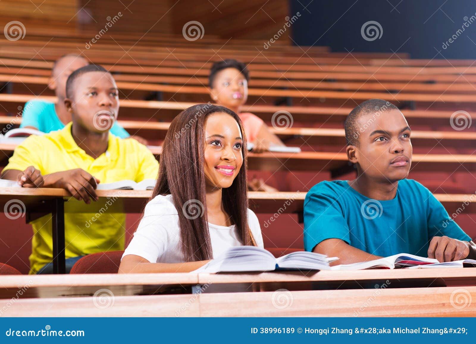 Jeunes étudiants universitaires