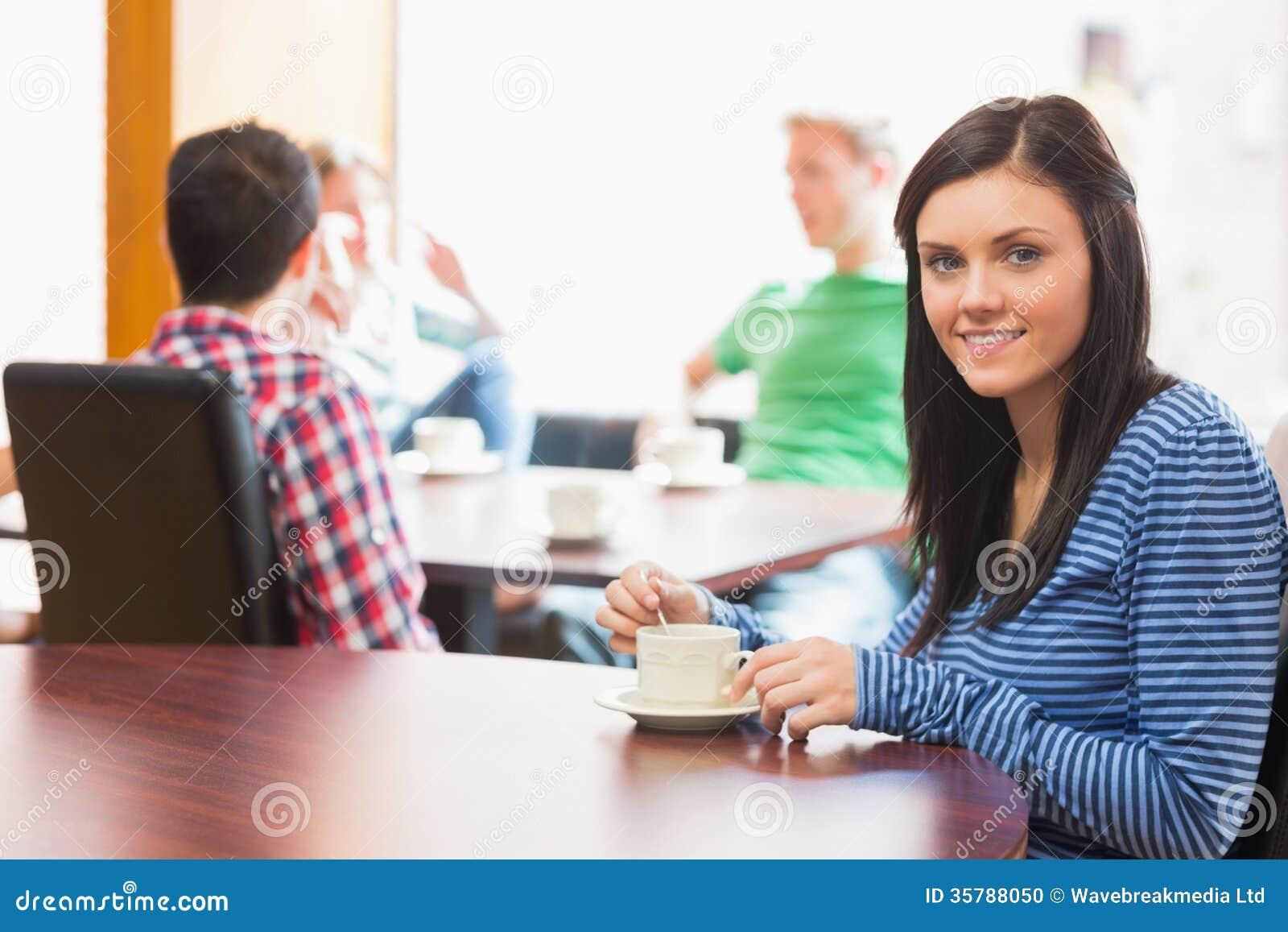 Jeunes étudiants universitaires au café