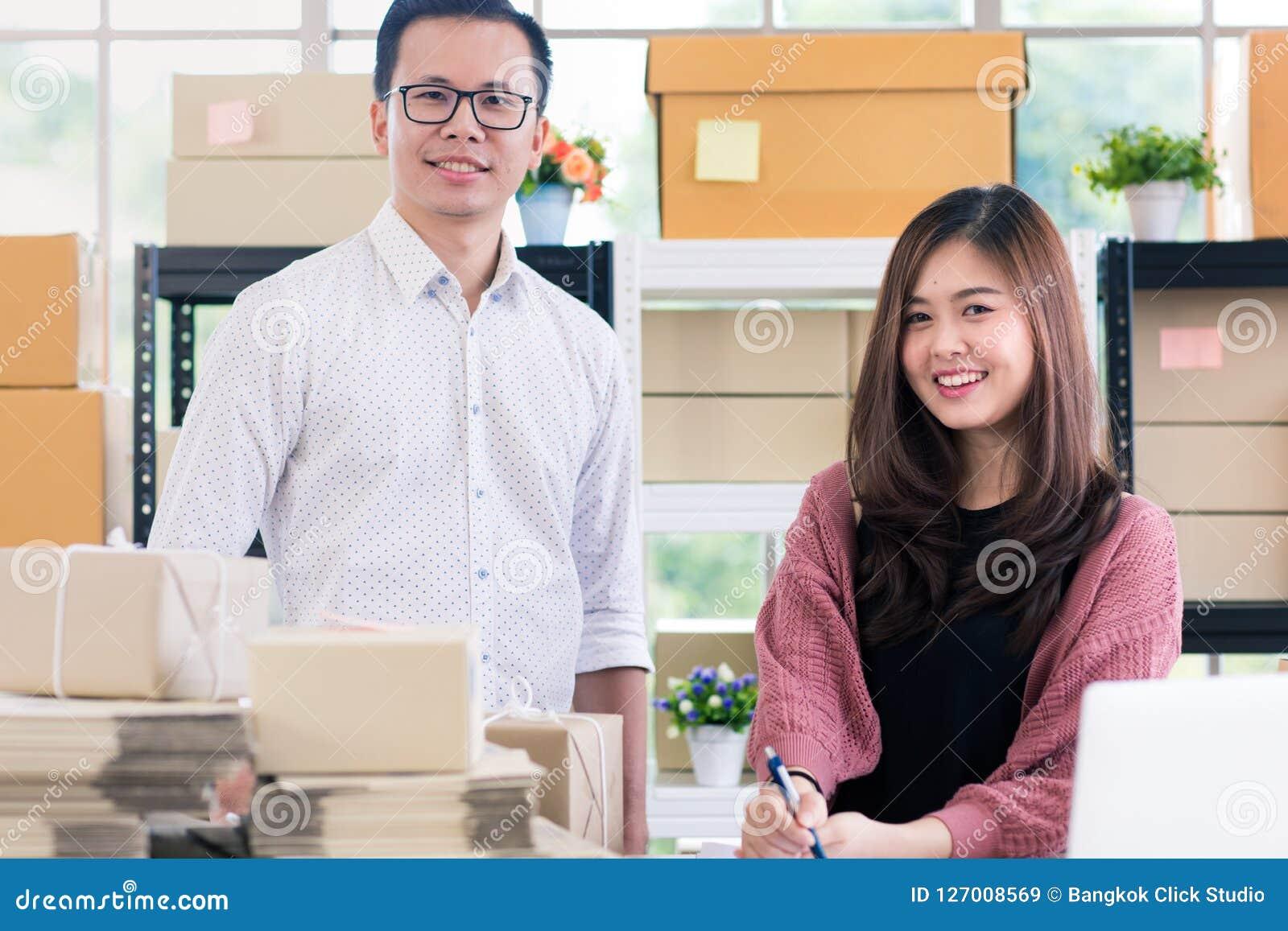 Jeunes affaires asiatiques de couples fonctionnant dans le regard