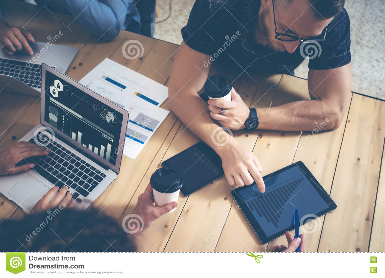 Jeunes affaires Team Brainstorming Meeting Process Projet de démarrage de vente de collègues Personnes créatives faisant le grand
