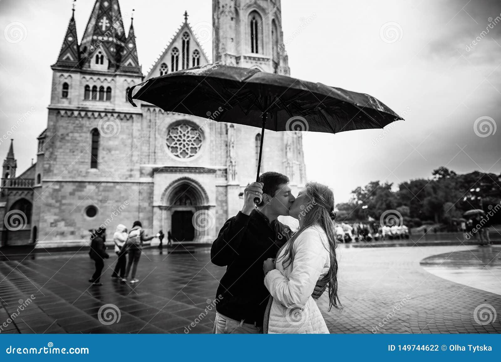 Jeunes ajouter au parapluie marchant ? Budapest un jour pluvieux Histoire d amour Rebecca 36